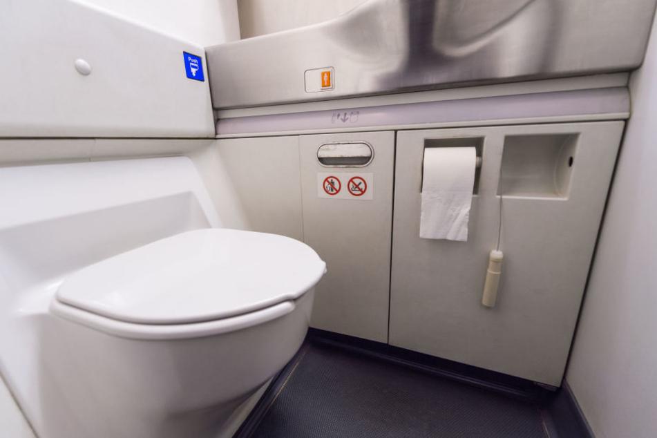 Sex auf einer Flugzeugtoilette wie dieser kann ganz schön beengend sein!