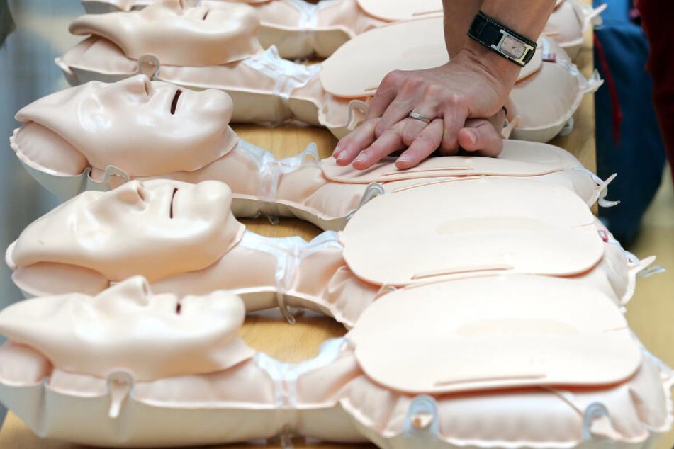 Hätte mit einfachsten Maßnahmen, wie beispielsweise einer Herzdruck-Massage, unter Umständen Schlimmeres verhindert werden können (Symbolbild)?