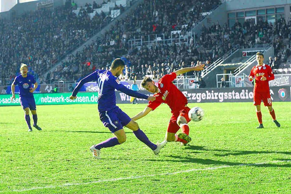 Das war das dicke Brett von Dimitrij Nazarov (l.) gegen Duisburg. Er schweißte die Kugel sechs Meter vor dem Tor auf die Tribüne.