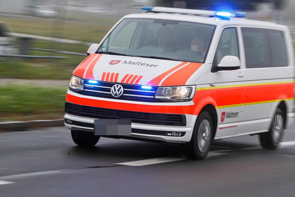 Weil sie bei Rot über die Straße rannte, wurde eine 34-jährige Frau am Dienstagmittag von einem Auto angefahren und schwer verletzt. (Symbolbild)
