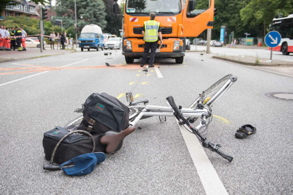 Ein Fahrrad liegt in Hamburg-Lokstedt nach einem Verkehrsunfall auf der Straße, ein Bild das wie kaum ein anderes für die Verkehrssicherheit von Radfahrern in der Hansestadt steht.