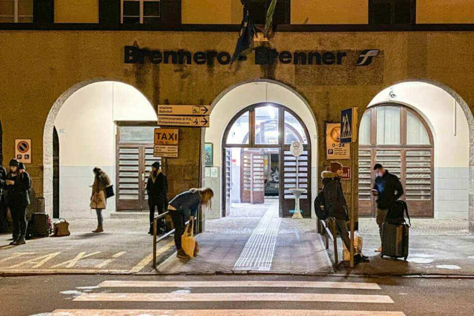 Am italienisch-österreichischen Grenzübergang Brenner sitzen zahlreiche Reisende fest.