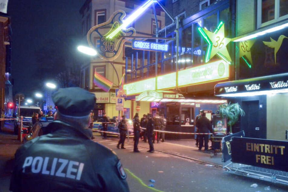 """Auf der """"Großen Freiheit"""" auf dem Hamburger Kiez fielen in der Nacht Schüsse, die einen große Polizeieinsatz auslösten."""
