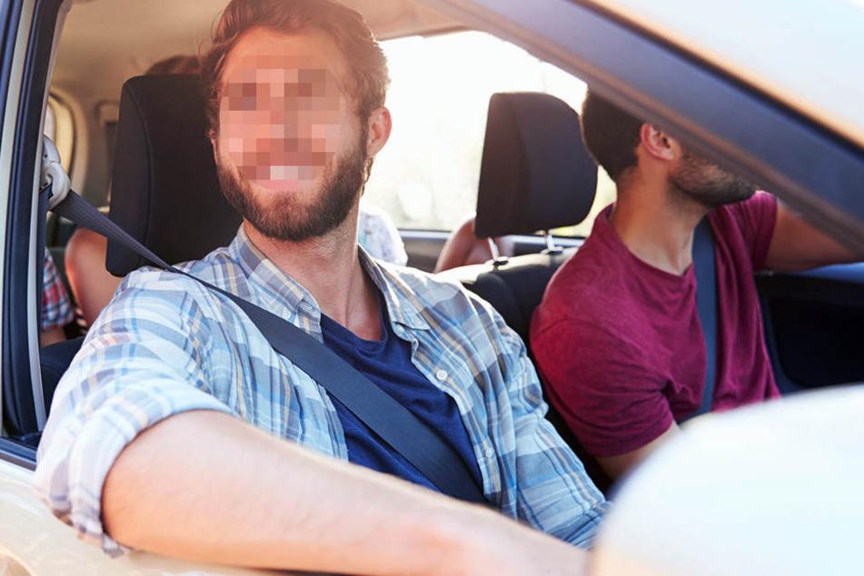 Der Beifahrer griff nach der jungen Frau und wollte sie zum Mitfahren überreden. (Symbolbild)