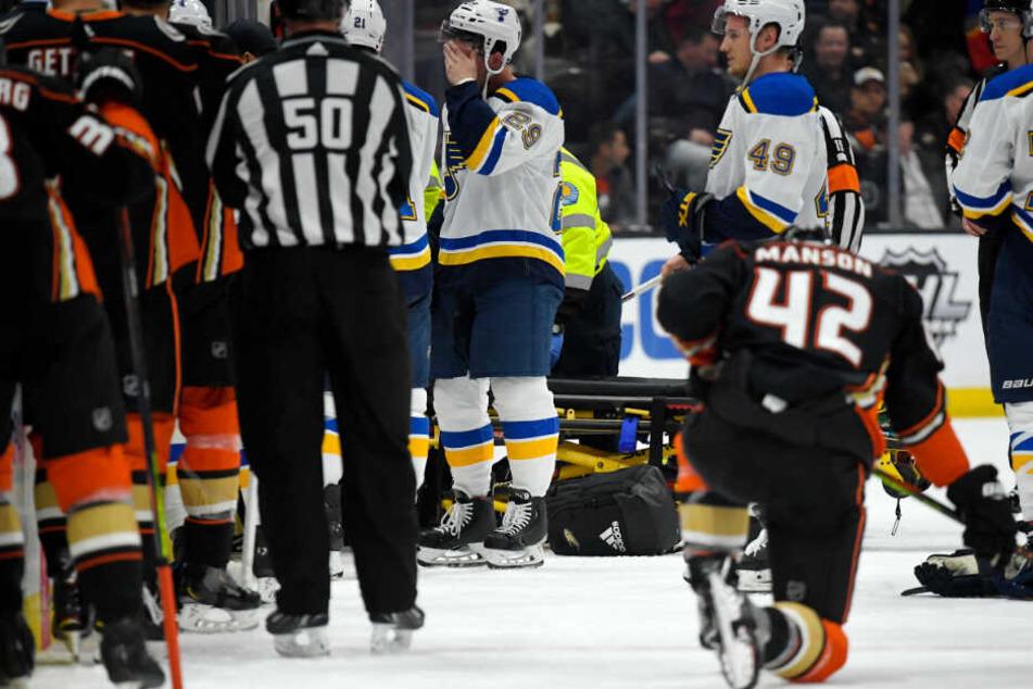 Banges Warten auf dem Eis, nachdem Jay Bouwmeester auf der Bank zusammengebrochen ist.