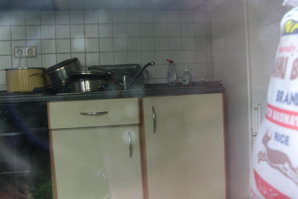 Die Wohnung ist immer noch auf ihn angemeldet. In der Küche steht sogar abgewaschenes Geschirr.
