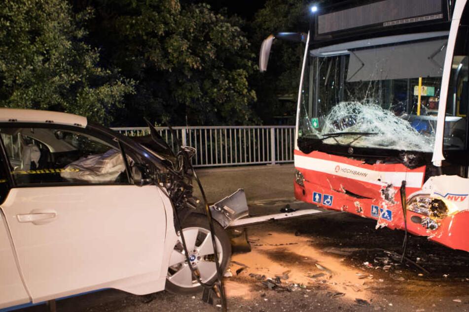 Auto rammt Linienbus: Beifahrer stirbt
