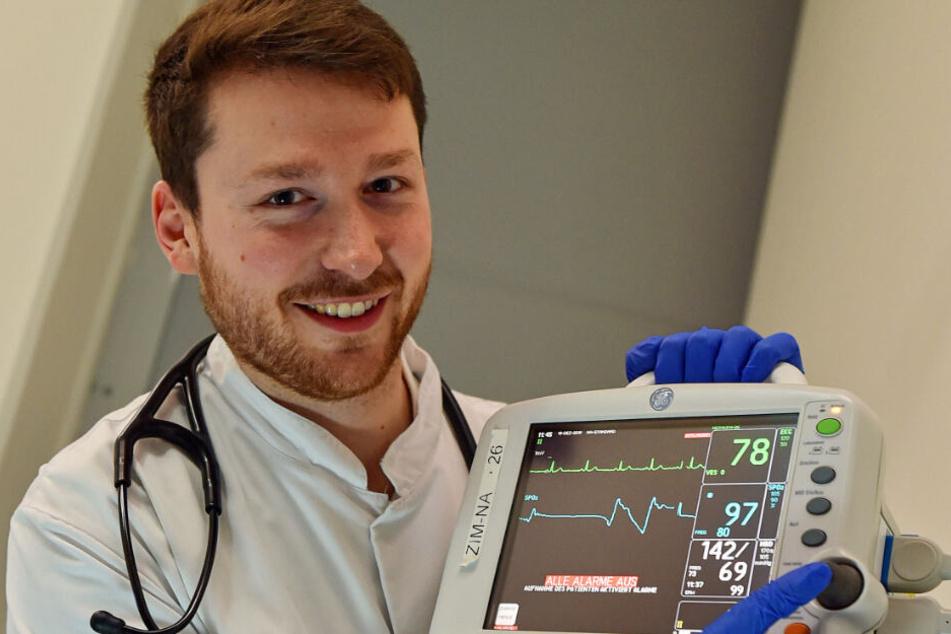 Dr. Lino Möhrmann (28) behandelt in der Neujahrsnacht vor allem Alkoholvergiftungen.