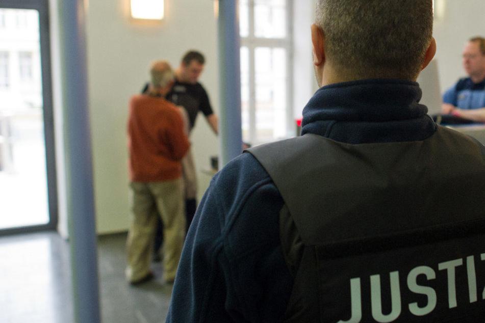 Erst im Februar war der Mann zu zehn Jahren Haft verurteilt. (Symbolbild)
