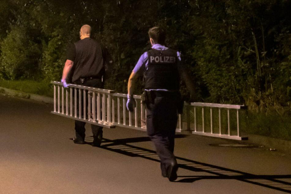 Zwei Polizisten mussten die Leiter bis zur Dienststelle tragen.