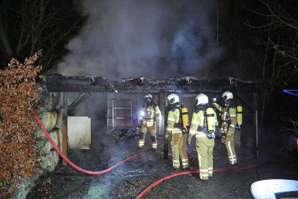 Feuerwehrleute am Einsatzort. Donnerstagnacht kam es im Dresden zu einem Laubenbrand.