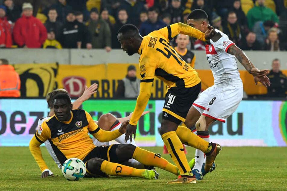 Peniel Mlapa (links) konnte nicht für die erhoffte Torgefahr im Dynamo-Sturm sorgen.