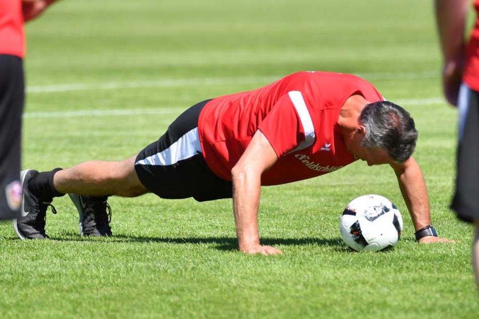 Auch Trainer Uwe Neuhaus will sich im Sommer fit halten.