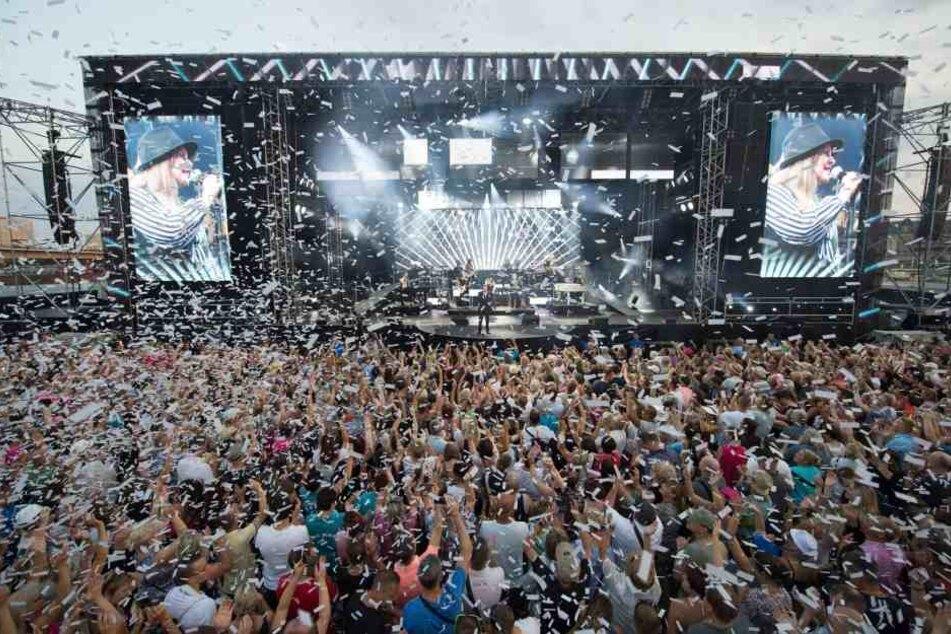 12000 Fans vor der Bühne und nochmal so viele auf den Elbwiesen feiern bei jedem der vier Kaiser-Konzerte ihren Star.