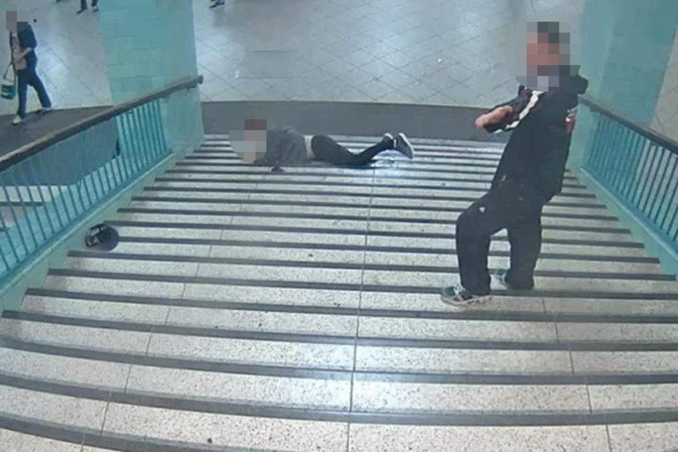 Nach seiner Tat dreht sich der Mann um und wird dadurch auch von vorne von der Überwachungskamera erfasst.