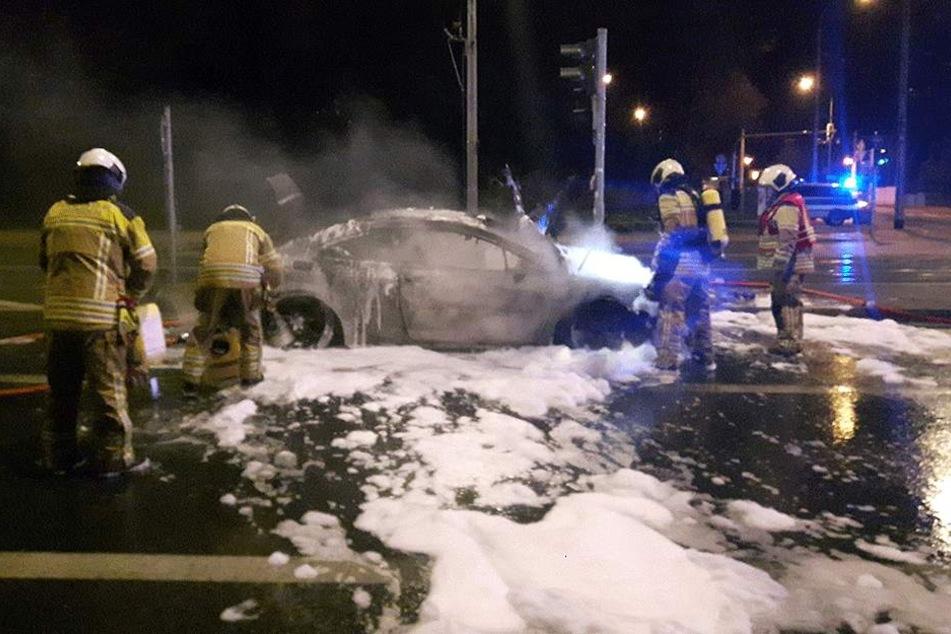 Die Feuerwehr aus Striesen nutzte ein Stahlrohr zum Löschen des Peugeots.