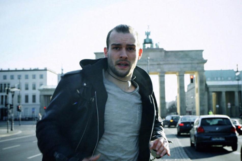 Mit Handschellen am Handgelenk rennt Chris (Eric Stehfest) durch Berlin - ist er etwa auf der Flucht?