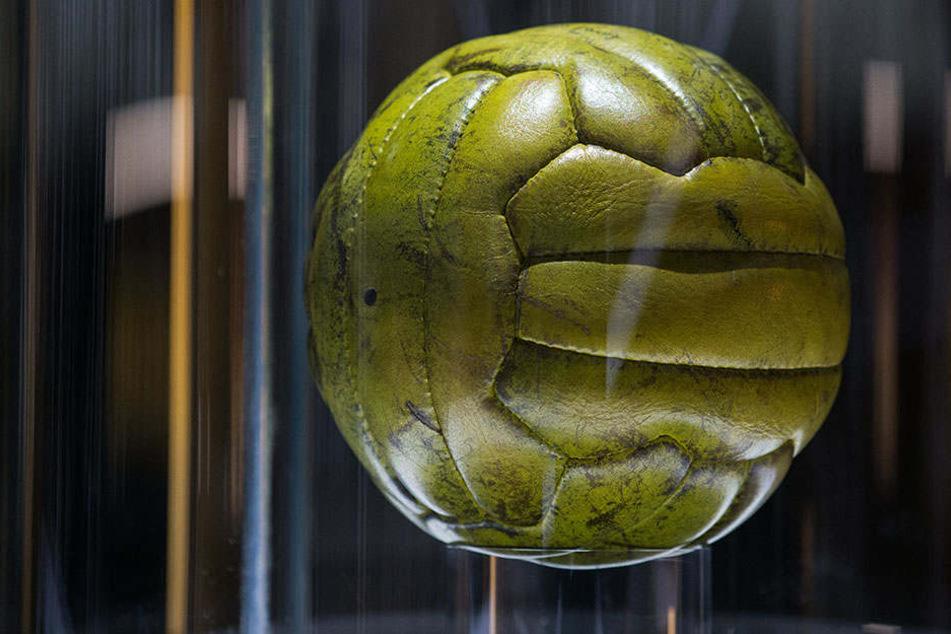 Einer der Endspielbälle ist im Deutschen Fußballmuseum in Dortmund ausgestellt.