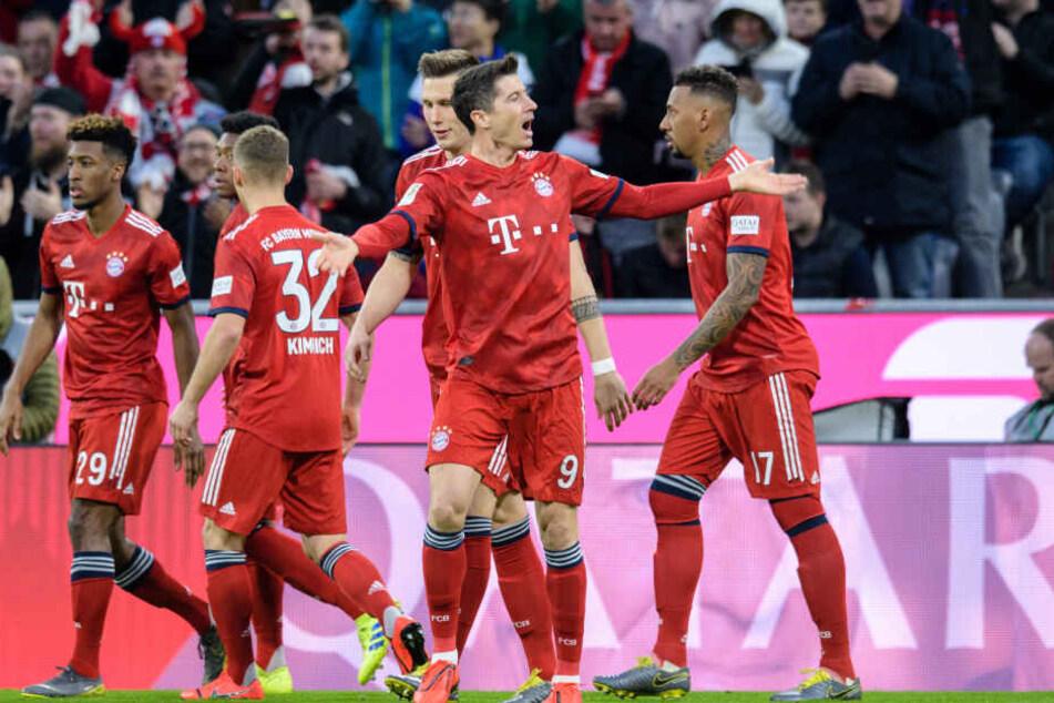 Frühe Führung: Robert Lewandowski (vorn) vom FC Bayern München jubelt über seinen Treffer zum 1:0 in der dritten Spielminute.