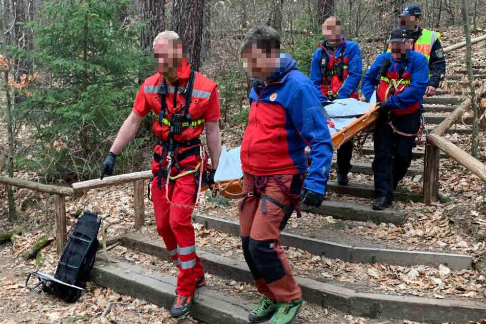 Kameraden der Bergwacht und des Rettungsdienstes transportieren die Leiche der Frau (72) ab. Trotz Reanimation verstarb sie nach dem Absturz noch vor Ort.