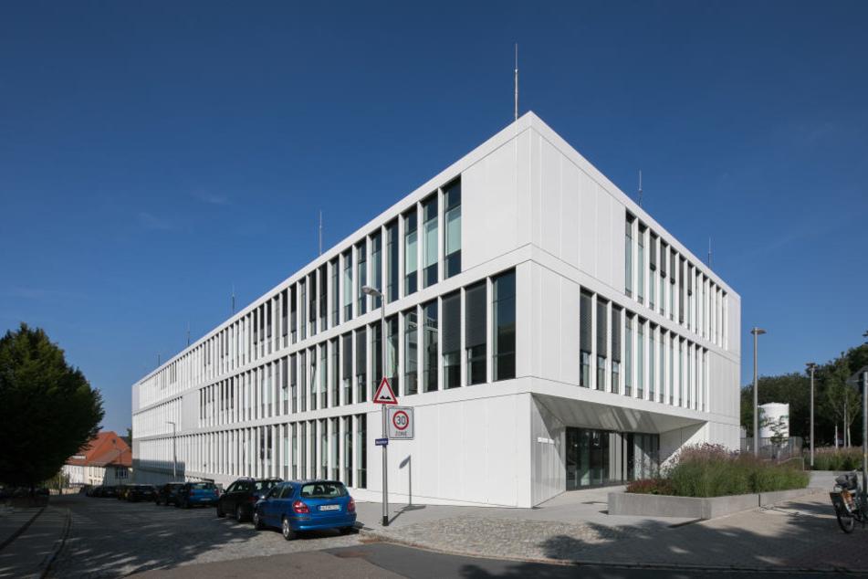 Investiert wurde u.a. in Hochschulen - etwa in den Neubau des Instituts für angewandte Physik der TU Dresden.