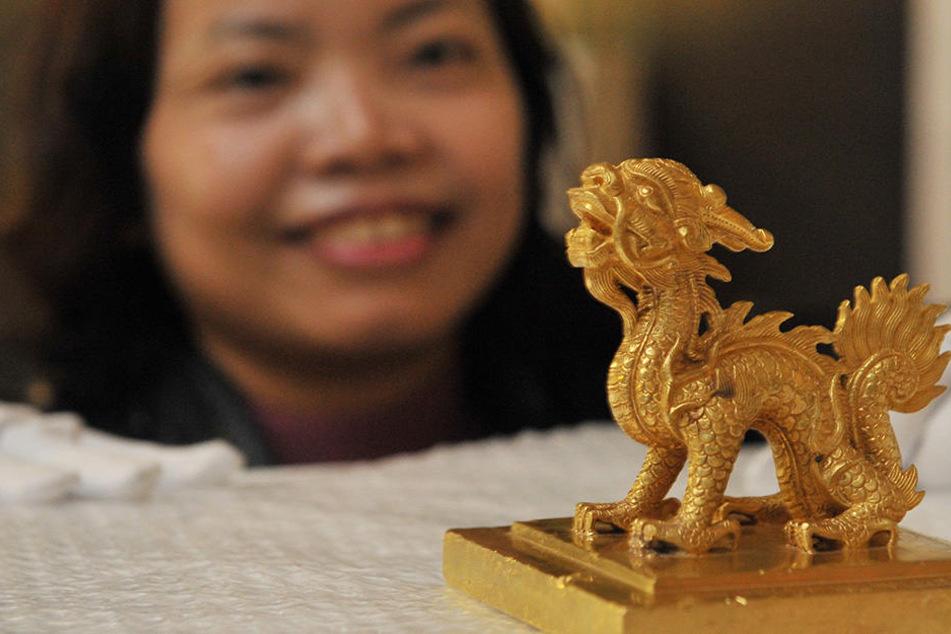 Dinh Quynh Hoa, Historikerin am Nationalmuseum für Geschichte Vietnams, mit  dem Goldenen Siegelstempel des Kaisers Minh Mang von 1827.