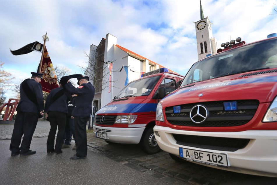 Angehörige der Feuerwehr stehen vor Beginn der Trauerfeier für einen getöteten Feuerwehrmann vor der Pfarrkirche St. Ägidius.