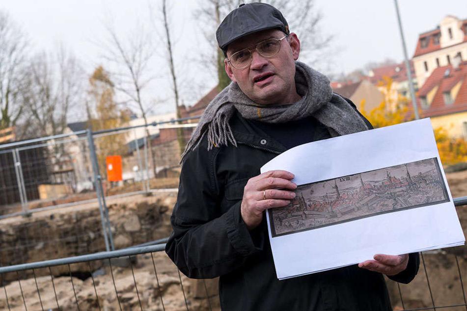 Thomas Westphalen (59) vom Landesamt für Archäologie zeigt eine historische Darstellung von Görlitz. Der Turm wurde wahrscheinlich im späten 15. Jahrhundert vor der Stadtmauer gebaut.