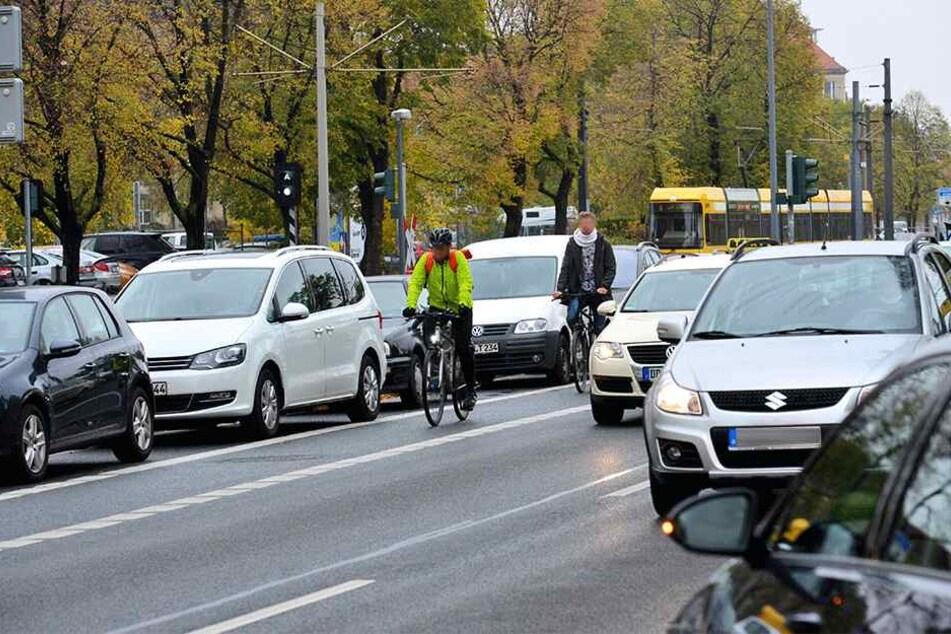 Linke, Grüne und SPD wollen den Radverkehr stärken. Auch der Schutzstreifen an der St. Petersburger Straße soll sicherer werden.