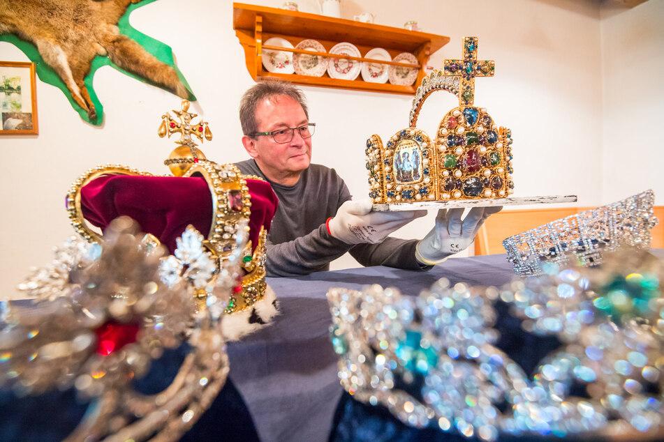 Museumsleiter Jürgen Zabel (62) zeigt ab September 2021 Kronjuwelen vieler Königshäuser in Dorfchemnitz.