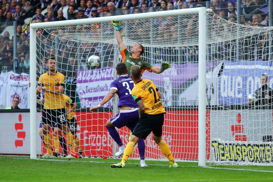 In Aue kassierte Dynamo-Keeper Kevin Broll in der Hinrunde vier Stück, hier das 3:1 durch Pascal Testroet. Am Sonntag soll dagegen hinten die Null stehen.