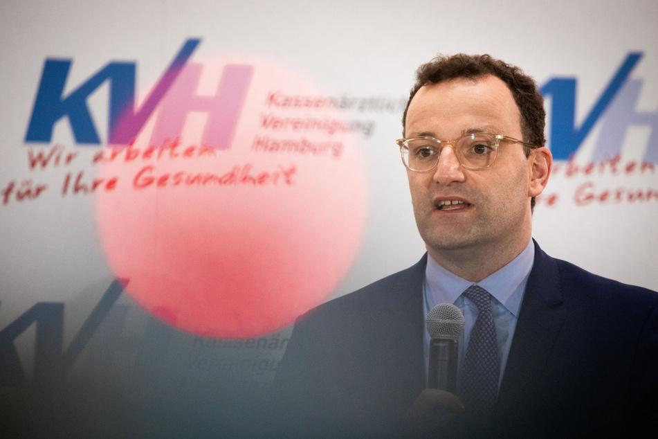 Jens Spahn (39, CDU) reagiert auf das Anliegen des Models.