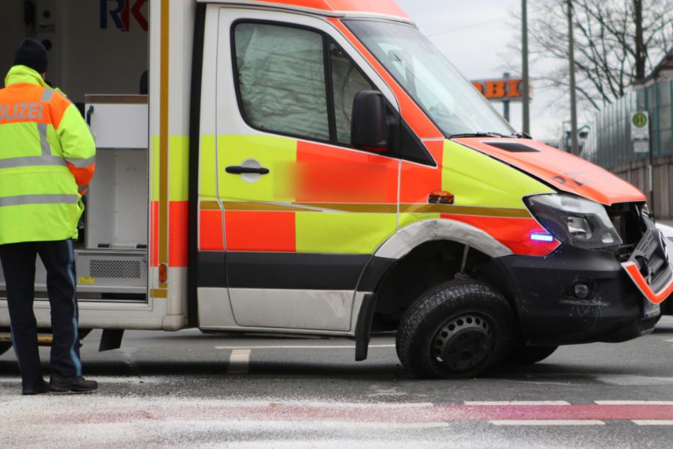 Mitten im Einsatz: Rettungswagen kracht mit Opel zusammen