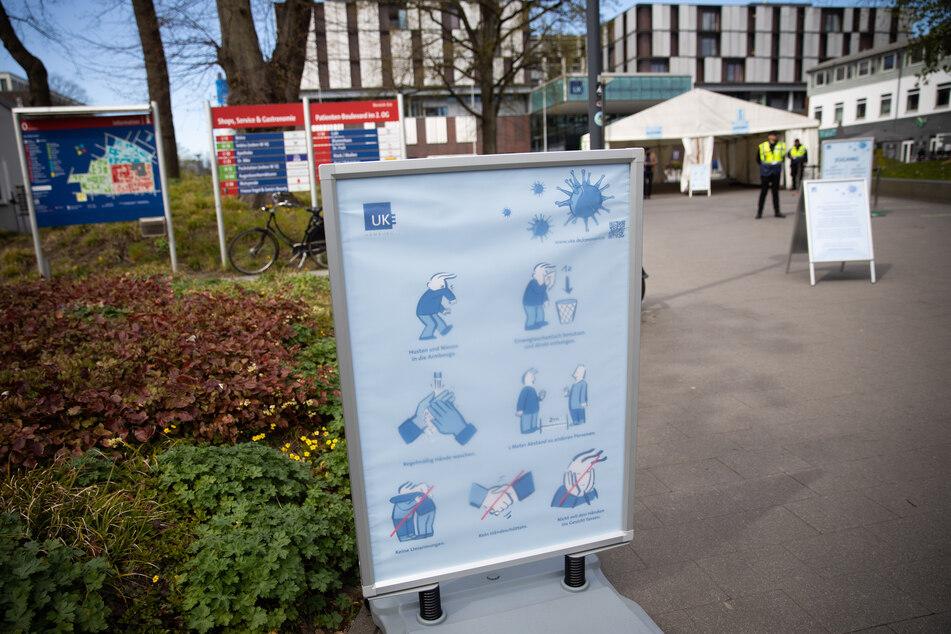 Ein Schild mit Hygieneregeln steht am Haupteingang des Universitätskrankenhauses Hamburg-Eppendorf (UKE).