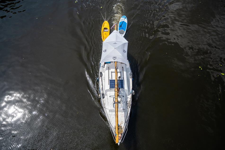 Am Mittwoch haben Feuerwehr, Polizei und die Deutsche Lebens-Rettungs-Gesellschaft (DLRG) ein in Not geratenes Segelboot auf dem Rhein bei Düsseldorf gerettet. (Symbolbild)