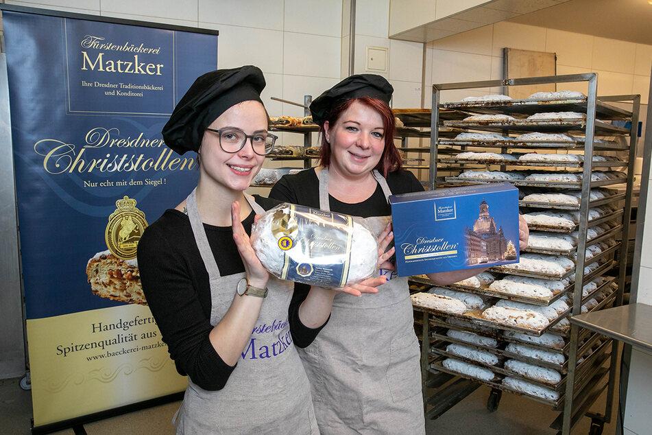 Natalie (22, li.) und Sandra (34) von der Bäckerei Matzker präsentieren den Dresdner Christstollen