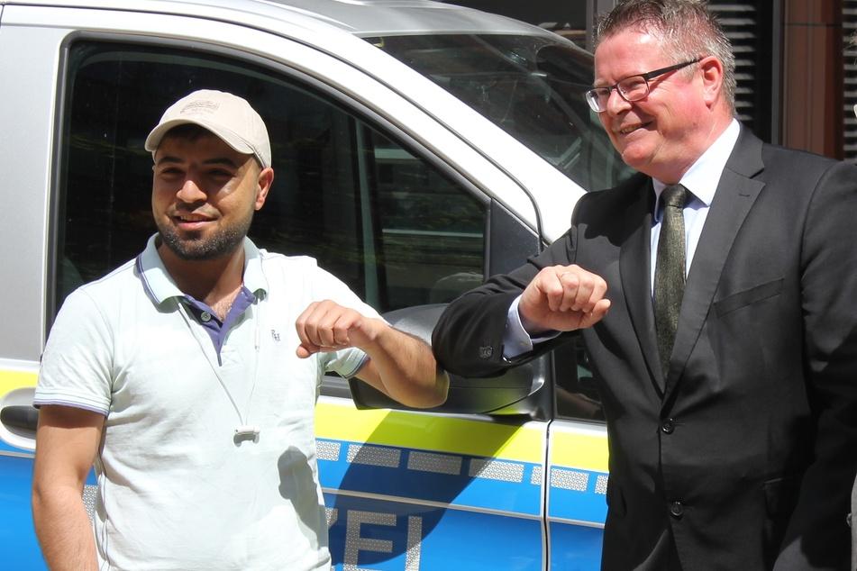 Der Bonner Polizeipräsident Frank Hoever bedankte sich bei Ahmad Al Sheik Hussein Kames für dessen Einsatz.