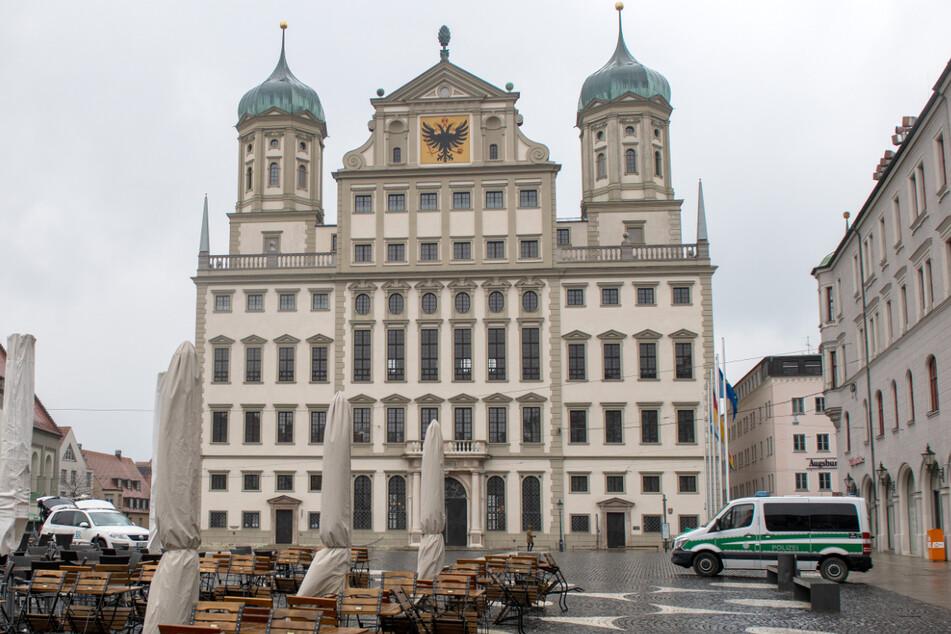 Das Rathaus in Augsburg. Die Feuerwehr entdeckte hier nach einem Fehlalarm einen mysteriösen Gast.