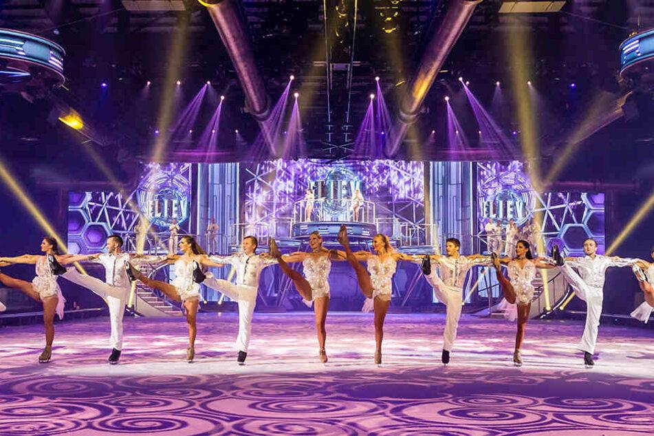 """In einer mitreißenden Eisshow wie """"Believe"""" darf die klassische Showreihe mit  vielen Tänzern nicht fehlen."""