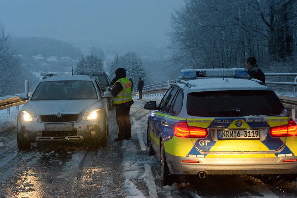 Die Polizei stoppte die Autofahrer, die weiter wollten.