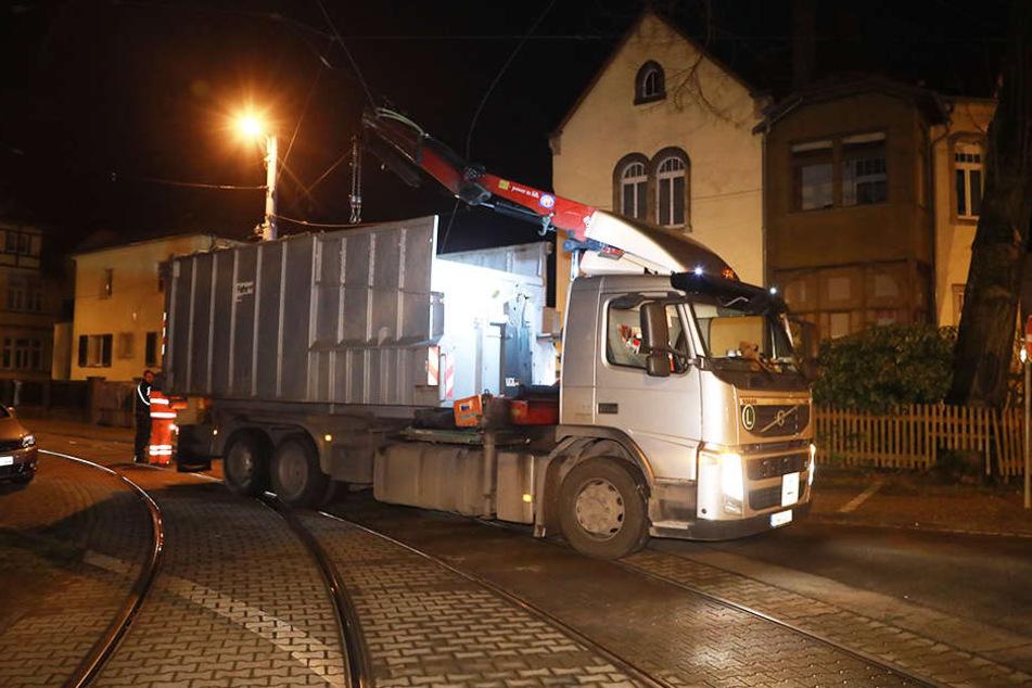 Straßenbahnbetrieb lahmgelegt: Lkw reißt Oberleitung herunter