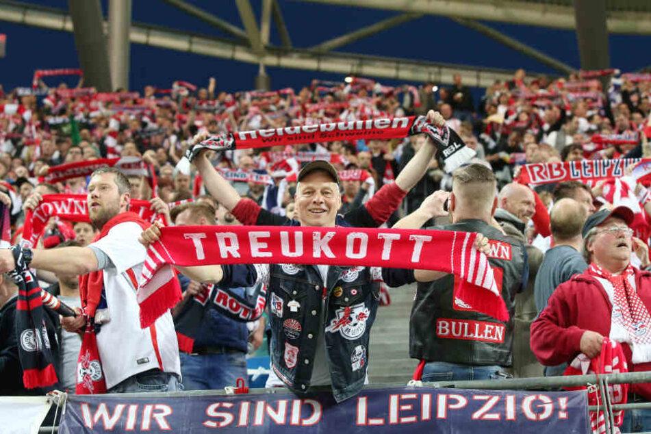 """Ein RB-Anhänger hält einen Schal mit der Aufschrift """"Treukott"""" hoch. Die Vielzahl der Fans verzichteten am Montag auf den Protest."""