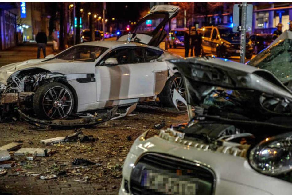 Der Fahrer crasht mit Jaguar (l.) in einen Kleinwagen (r.), dessen beide Insassen sterben.