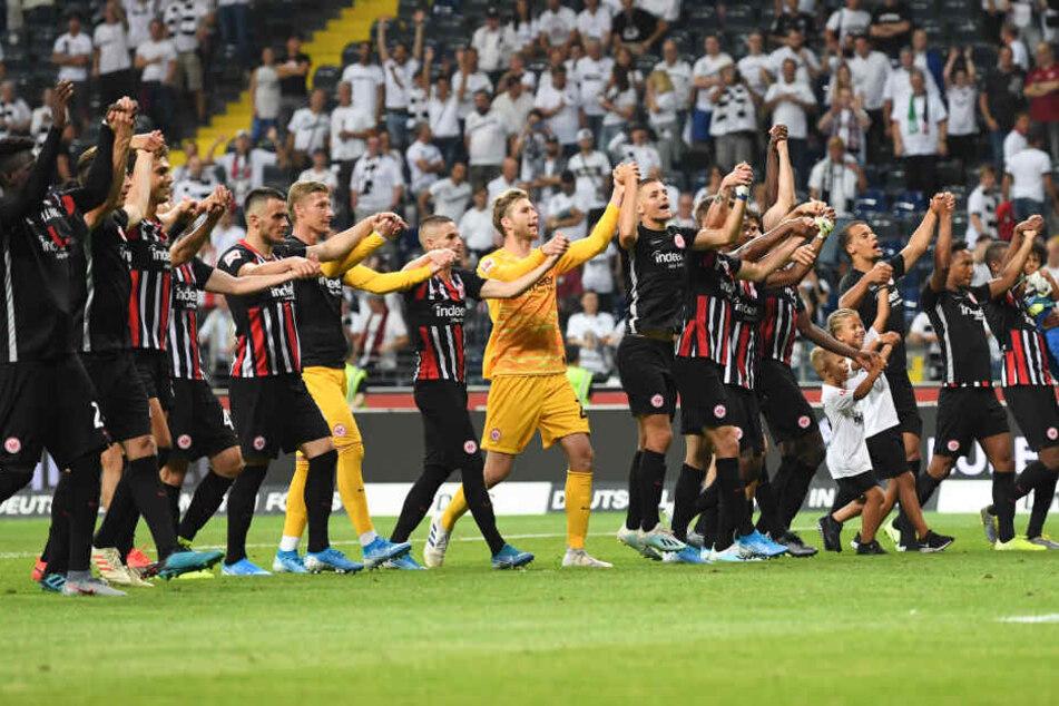 Die Spieler von Eintracht Frankfurt feiern am 1. August den Sieg gegen den FC Flora Tallinn in der Europa League.