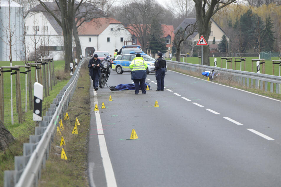 Die Beamten ermitteln zum Unfallhergang und haben die B6 gesichert.