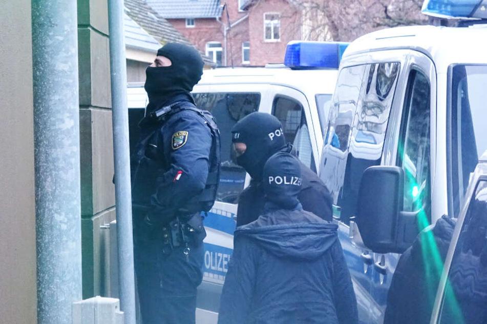 Seit den frühen Morgenstunden durchsuchen die Einsatzkräfte mehrere Objekte in Sachsen-Anhalt.
