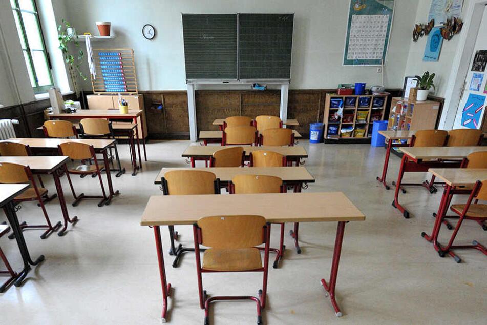 Pädagogen schieben Überstunden, weil Lehrer fehlen. Auch die Bezahlung sei zu schlecht, sagt die Gewerkschaft - und rief zu ersten Warnstreiks an Schulen auf. Weitere sollen folgen. (Symbolbild)