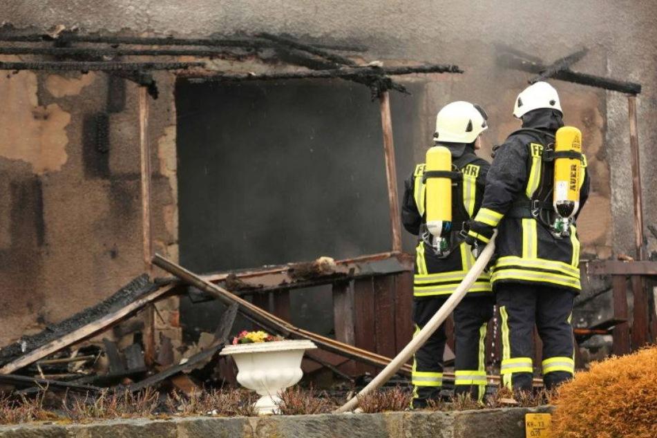 Zwei Menschen bei Schuppenbrand verletzt