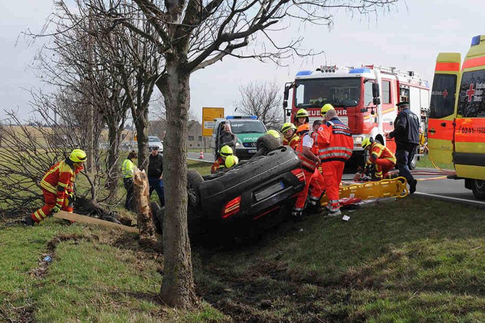 Der Mercedes-Fahrer kam nach links von der Fahrbahn ab, prallte gegen einen Baum.