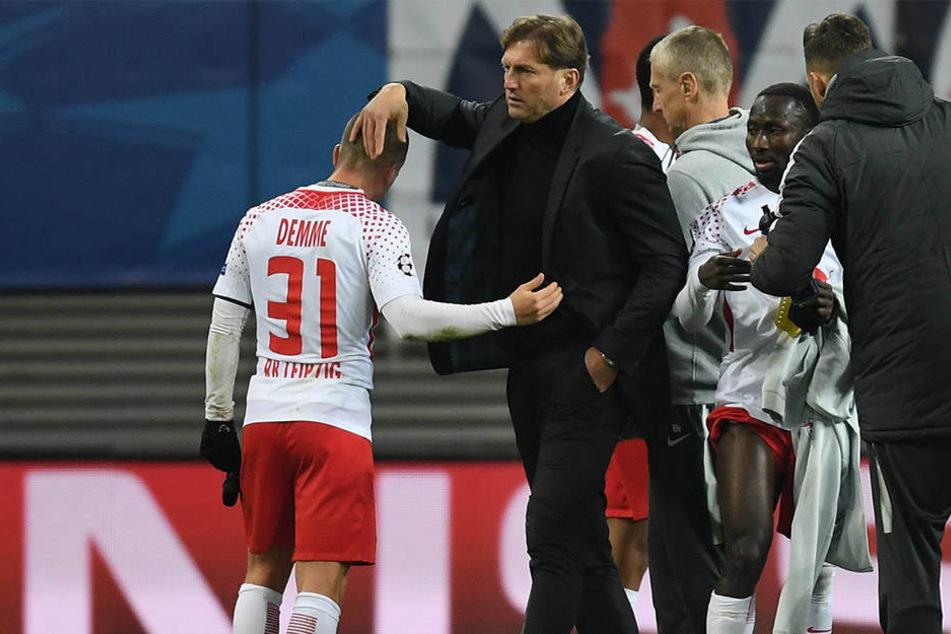 RB-Trainer Ralph Hasenhüttl tröstet Mittelfeldspieler Diego Demme nach der Niederlage gegen Besiktas Istanbul.